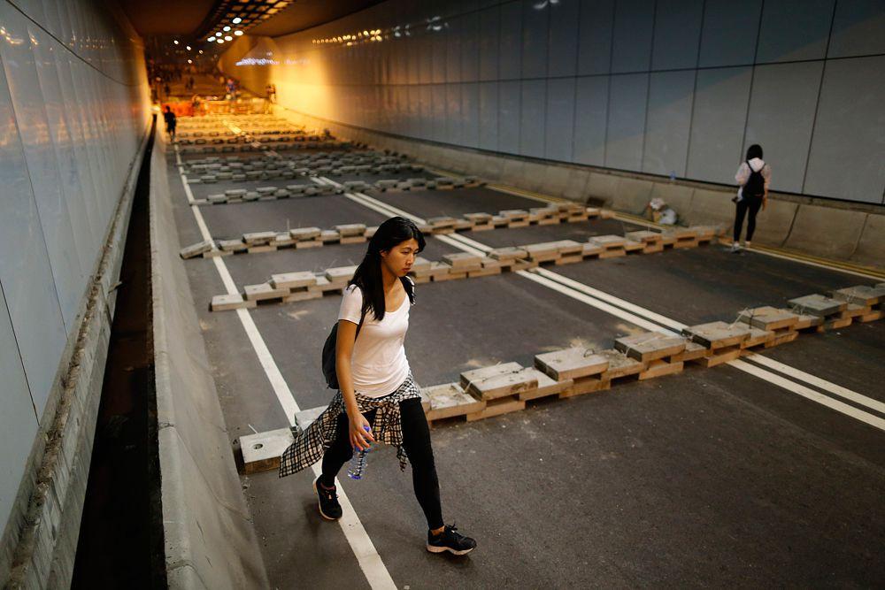 15 октября протестующие пытались блокировать бетонными блоками дорогу возле штаб-квартиры правительства в Гонконге.