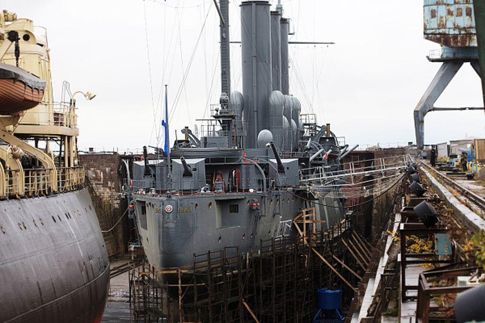 Уже вначале ремонта произошла первая сенсация: руль корабля оказался деревянным, из тикового дерева. Сверху он был обит бронзой. И об этом не знали даже историки. Руль – как подлинный артефакт «Авроры», обещают сохранить.