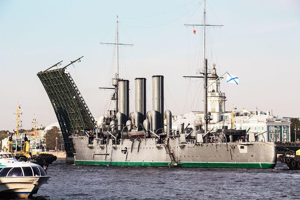 В ремонт «Аврору» провожали едва ли не всем Петербургом. В конце сентября ради такого события даже мосты разводили не ночью, как обычно, а днем. Руководство ВМФ тогда обещало завершить ремонт за полтора месяца.