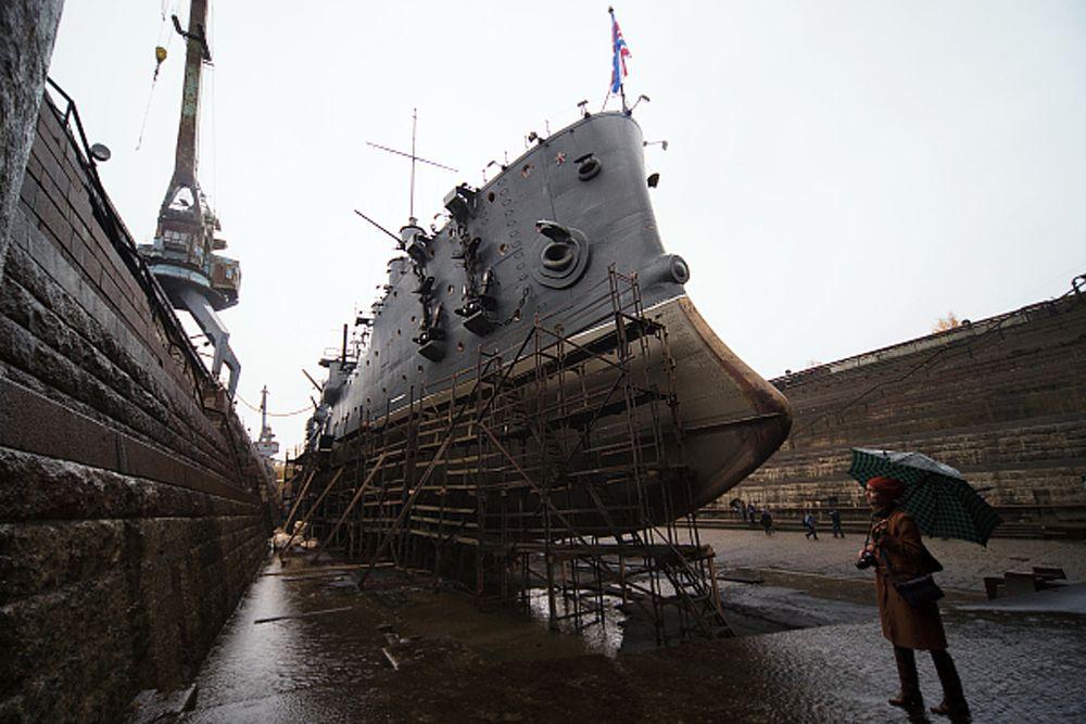 Крейсер «Аврора» не отличался боевыми качествами. Орудий главного калибра было всего восемь, судно развивало скорость 19 узлов (миль) в час, а двигатель достигал мощности лишь 11 тыс. лошадиных сил. Для сравнения – мощность «Титаника» была в пять раз больше.