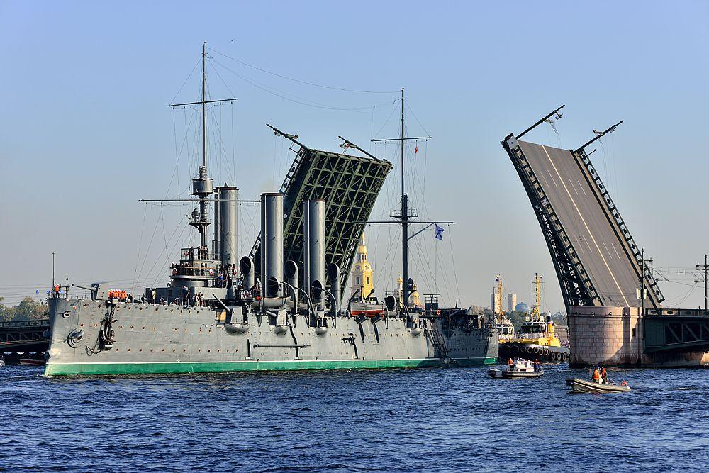 Последний раз крейсер уводили в док почти 30 лет назад. Тогда подводную часть корпуса пришлось полностью срезать. Она пришла в негодность. Зато именно это позволило так долго держать корабль на плаву.