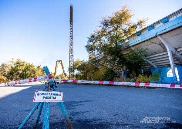 Центральный стадион готовили к сносу с начала сентября – в течение нескольких недель арену отключали ото всех коммуникаций и обносили забором. Вход на площадку сейчас запрещен.