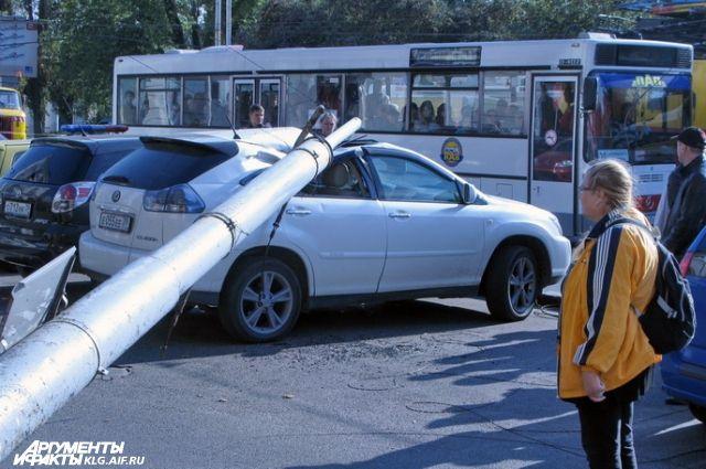 Световая опора упала на припаркованный «Лексус».