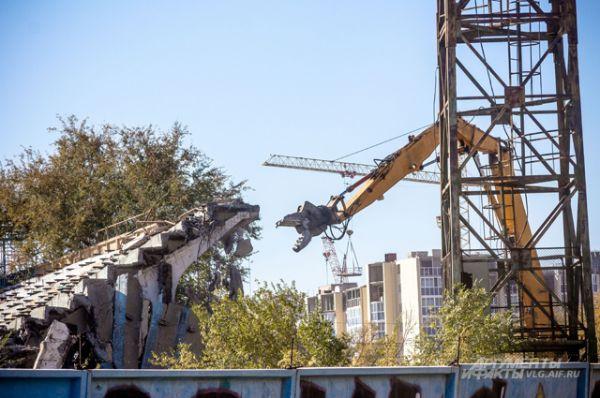 15 октября на старт вышла тяжелая техника. Демонтаж начался с трибун.