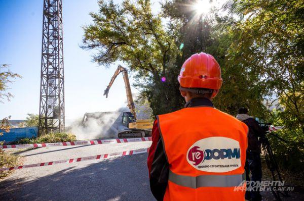 Работы по демонтажу выполняет строительная организация «Реформа» из Екатеринбурга. К сносу планируется привлечь около 20 единиц техники и более 300 рабочих.