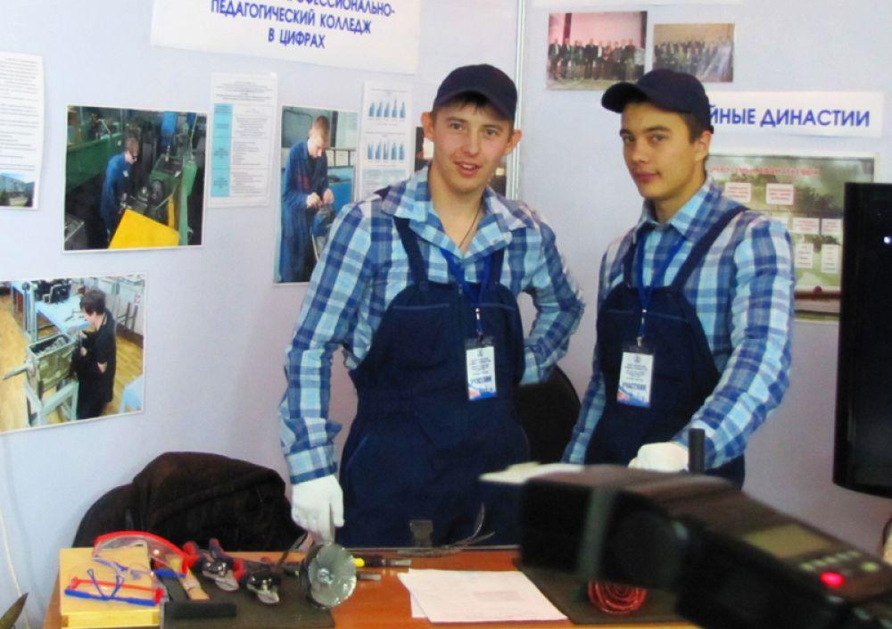В фойе можно было ознакомиться с информацией об ульяновских колледжах