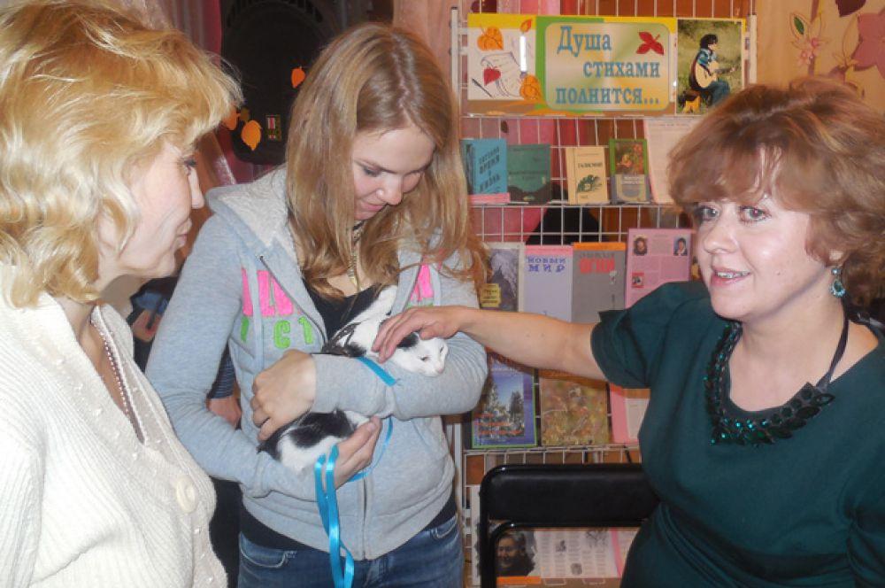 На творческом вечере Виктория отдала в добрые руки котёнка.