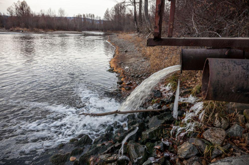 Сточные канализации, сбрасывающие нечистоты в Байкал можно встретить по всему побережью.