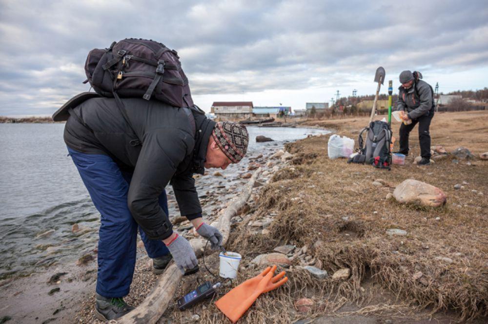 Ученые-лимнологи проводят иследования берегов.
