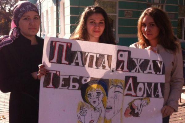 В Международный день белой трости сотрудники Госавтоинспекции и студенты провели флешмоб в поддержку незрячих людей.