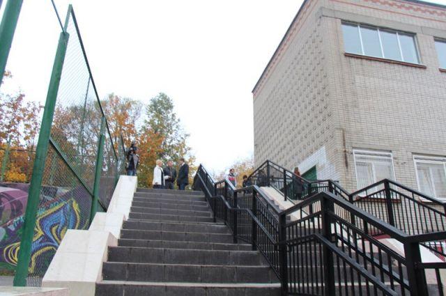 Спуск возле лицея отремонтировали недавно. Местные жители и школьники довольны.