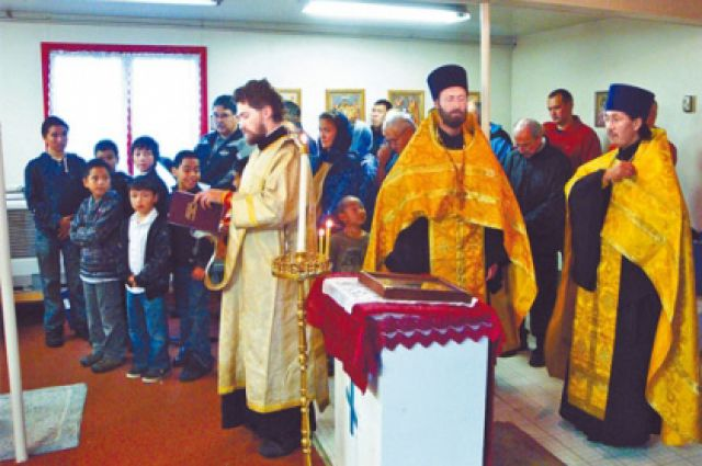 Отец Макарий устраивал службы по всему маршруту по просьбе эскимосов.