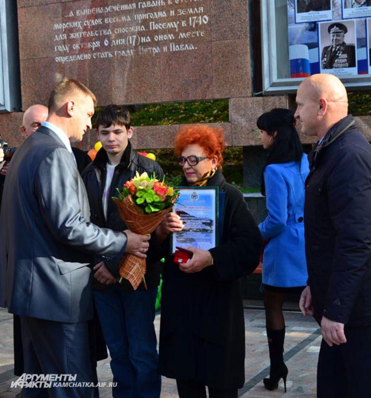 Знаки отличия Анатолия Таранца, заслуженного строителя РСФСР, которому звание Почетного гражданина города присвоено посмертно, были торжественно вручены членам его семьи.