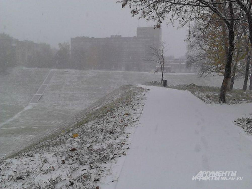 Снег падал крупными хлопьями