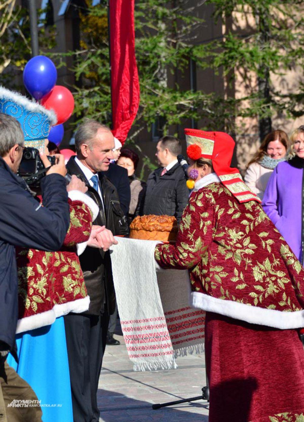 Стелу Почетных граждан украсили еще две фамилии достойных жителей города. Один из них - директор МУП «Спецтранс» Александр Демчук.