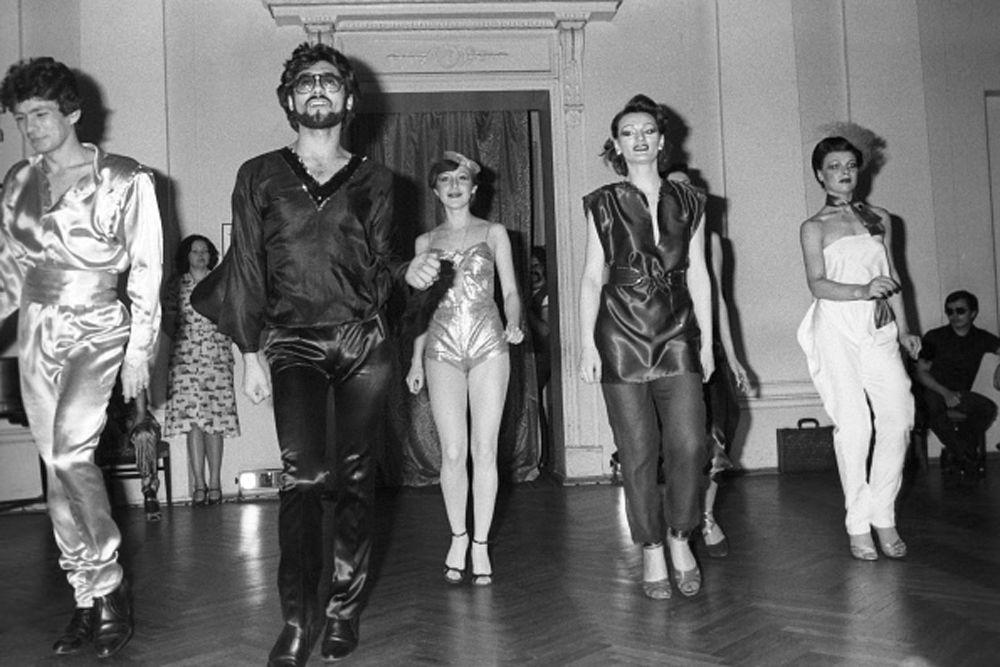Последние годы существования СССР были удивительным временем. 80-е годы не сильно баловали развлечениями. От скуки люди избавлялись либо в кинотеатре, либо в клубе. Но если в кино показывались в основном отечественные фильмы, то на дискотеке можно было услышать и зарубежных исполнителей.