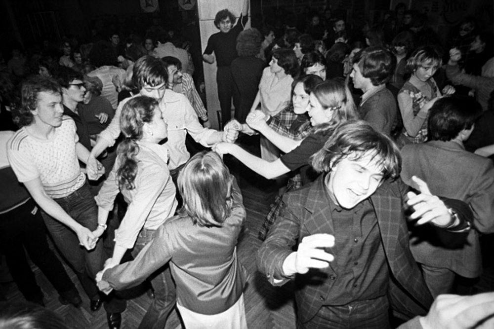 В советских клубах было строго со спиртным, даже с собой нельзя было ничего приносить. В середине 1980-х годов в стране было зарегистрировано свыше 2000 дискотек.