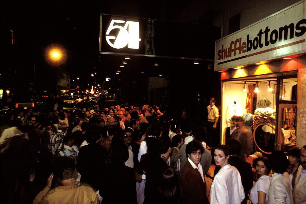 26 апреля 1977 года в Нью-Йорке в здании бывшего театра на пересечении 54-й улицы Манхэттена и Бродвея открылся клуб, ставший впоследствии культовым – «Студия 54». Всемирно известная дискотека «Студии 54», прославилась легендарными вечеринками, жёстким фейсконтролем, беспорядочными половыми сношениями и непомерным употреблением наркотиков.