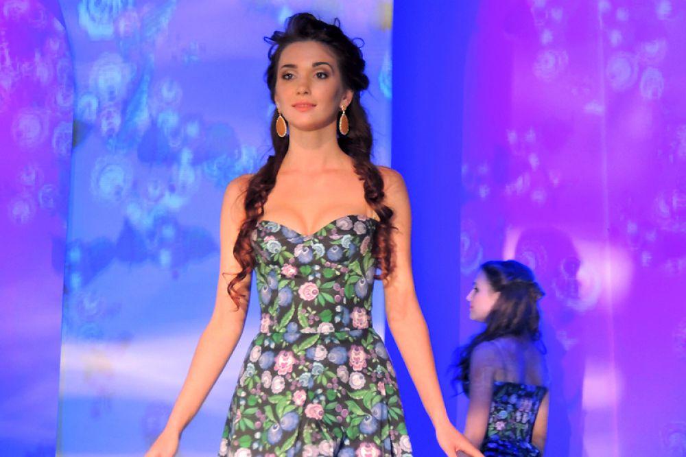 Алиса Щурова демонстрирует платье из новой коллекции дизайнера Павла Рябинина - «Иволга»