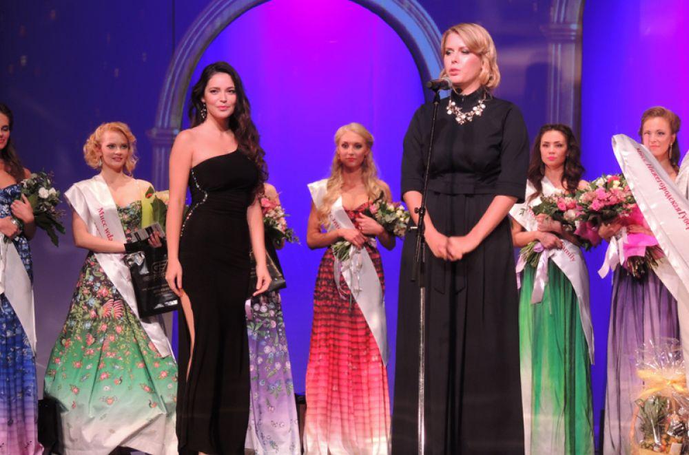 Продюсер конкурса Елизавета Зубакина (справа) и Анжелика Исаева,«Мисс Губерния-2013» готовятся наградить новую «Мисс Губерния».