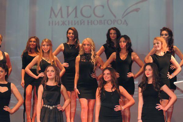 Финалистки вышли после показа фильма «Миссия выполнима!» в элегантных черных маленьких платьях