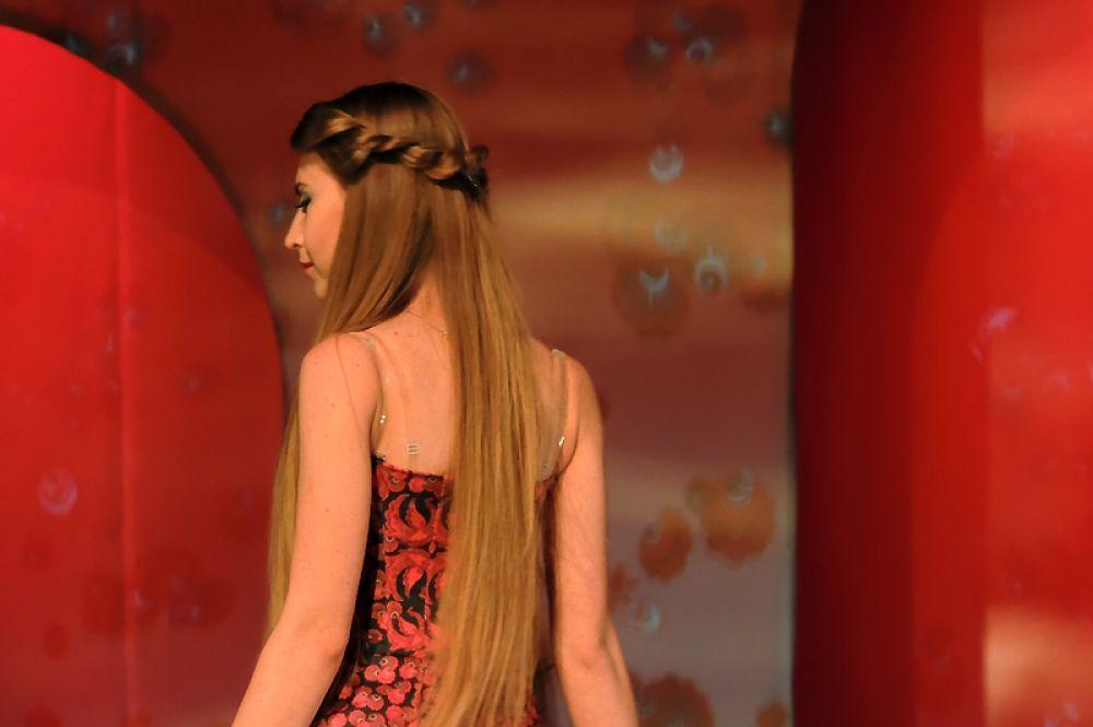 Ксения Понятова в красном платье из коллекции «Иволга».