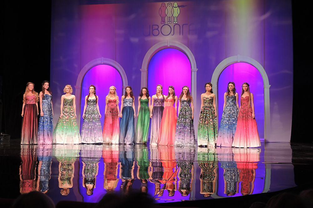 Все краски новой коллекции: конкурсантки в платьях из коллекции Рябинина.
