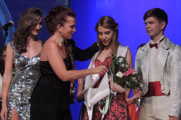 Ксению Понятову наградила косметическая компания и вручила целый пакет косметики.