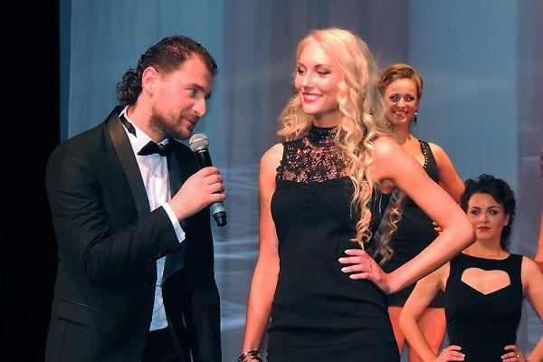 Соведущий вечера Артем Гагара беседует с Ириной Родионовой, еще не зная, что говорит с будущей победительницей.