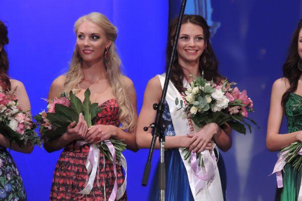 Все конкурсантки получили призы от спонсоров конкурса. Ирина Родионова (слева) еще не знает, что ее ждет самый ценный приз - корона.