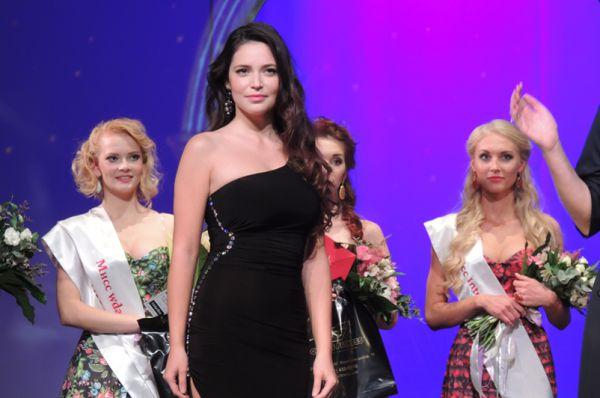 Анжелика Исаева, «Мисс Губерния-2013», сейчас наденет корону своей преемнице.