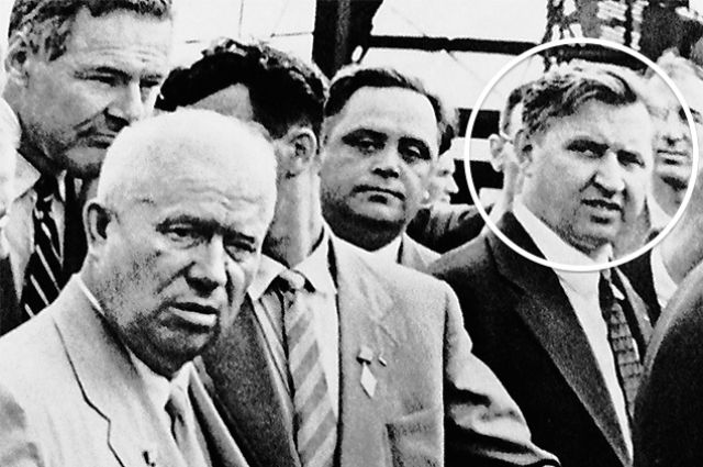 Александр Феклисов (в кружочке) «и другие официальные лица» сопровождают Хрущёва во время его поездки по Америке.