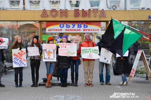 Иркутские активисты зоозащитных организаций провели митинг и марш в центре города.