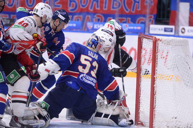 Омские хоккеисты активно сражались, но победить не смогли.