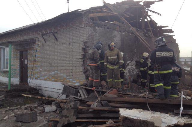 На месте происшествия работают спасатели.