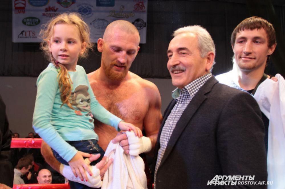 Дмитрий кудряшов с дочерью Дашей и ректором РГЭУ Адамом Альбековым.