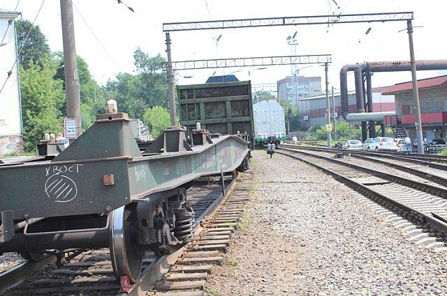 Станция Луговая, идёт товарный поезд.
