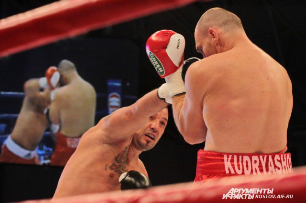Дмитрий Кудряшов держит удар соперника.