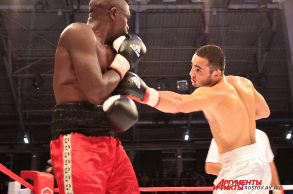23-летний боксёр из Новороссийска Вараздат Черников и боксёр из Танзании Карам Ниилавила.