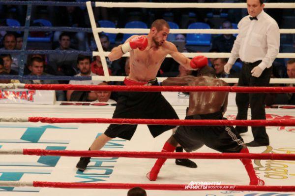 Первый бой за чемпионский титут проводит ростовчанин Аликлыч Канболатов.