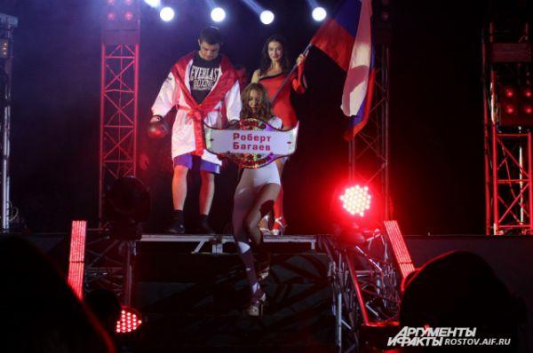 На ринг выходит Роберт Багаев из Владикавказа (весовая категория до 63,5 кг).