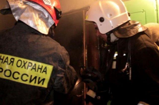 Спасателям пришлось вскрывать дверь квартиры.