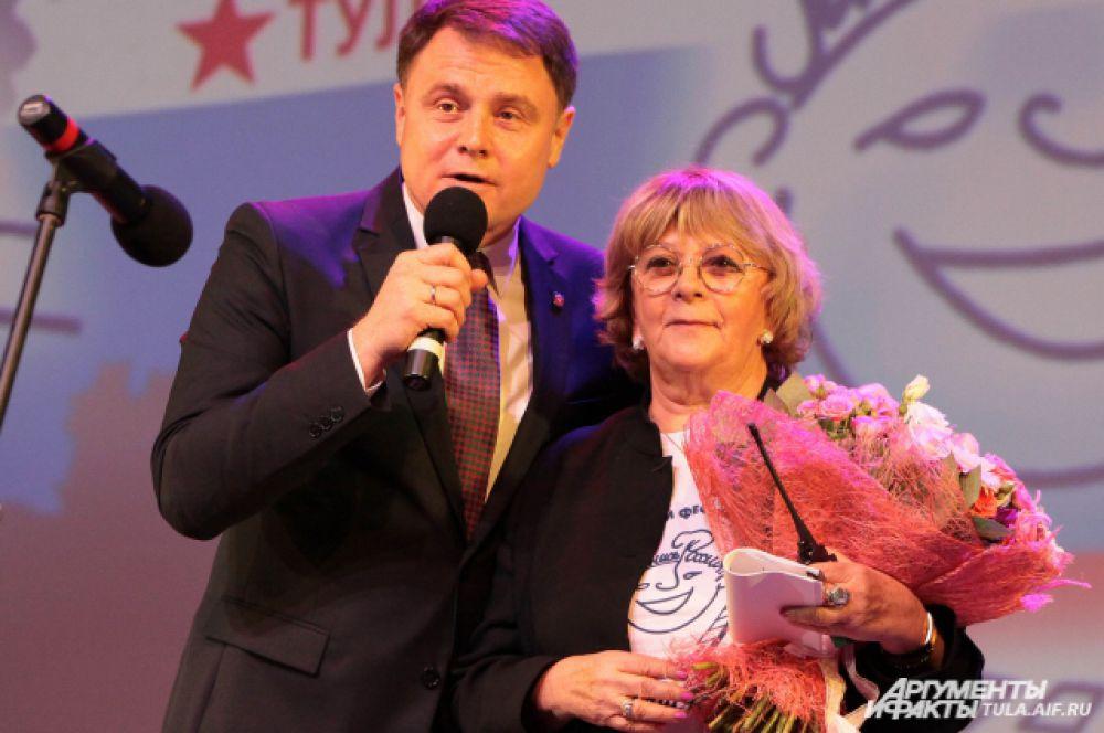 Губернатор Владимир Груздев вместе с Аллой Суриковой.