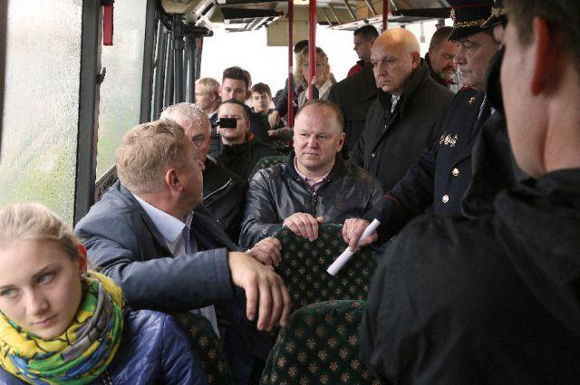 Совещание провели прямо в автобусе.
