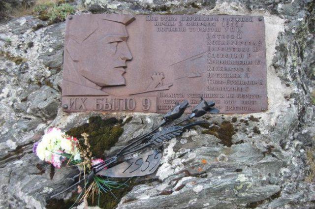 Перевал Дятлова, памятная табличка.