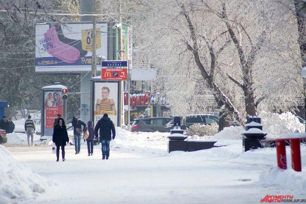 Жители Перми спешно переоделись в теплые пуховики, шапки и зимние ботинки.