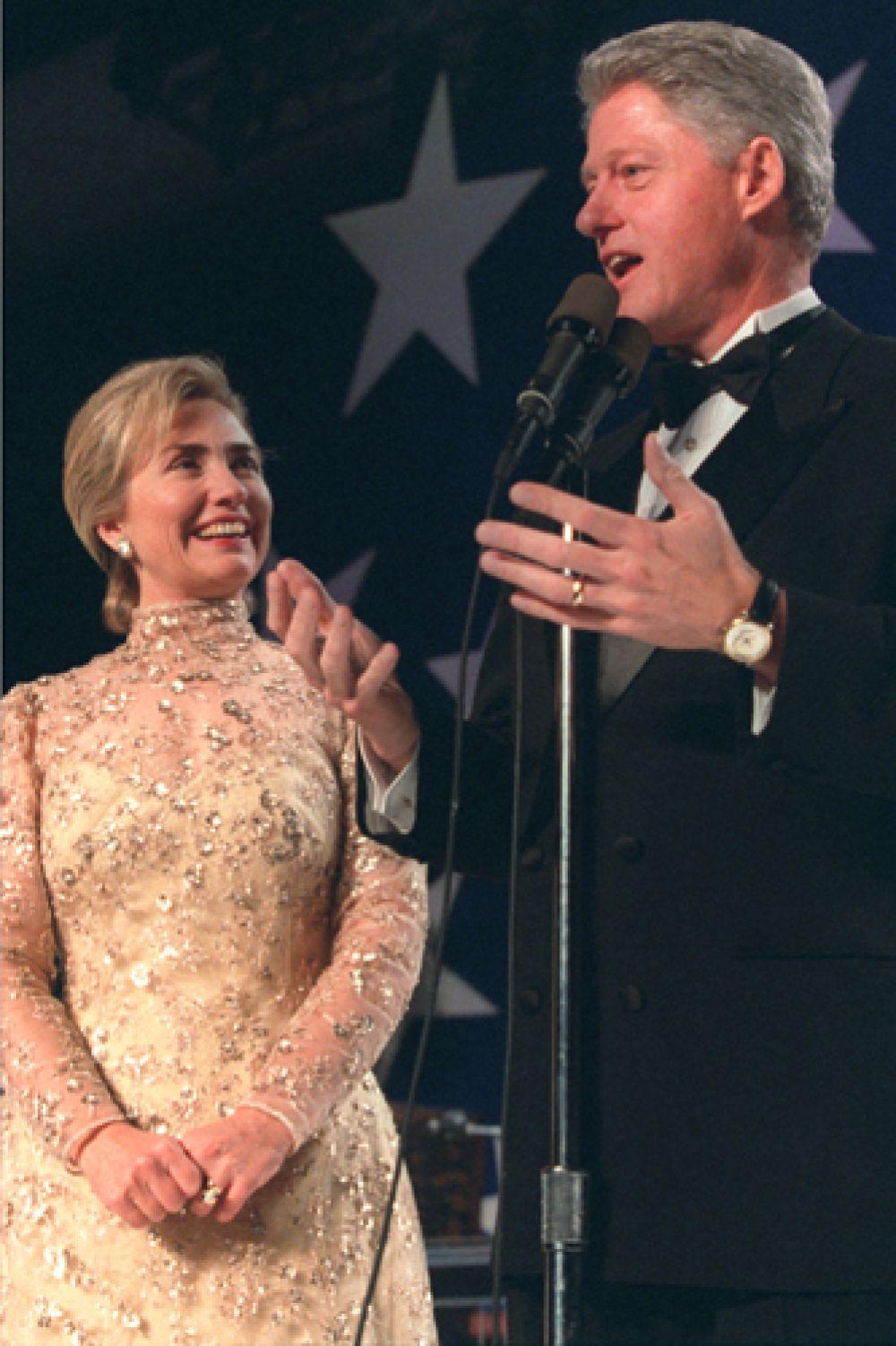 Жена Билла Клинтона, кандидат в президенты США в 2008, уже много лет является поклонницей де ла Ренты и вплоть до самой его смерти оставалась близкой подругой модельера. Хиллари Клинтон на второй церемонии инаугурации президента США Билла Клинтона, 1997 год.
