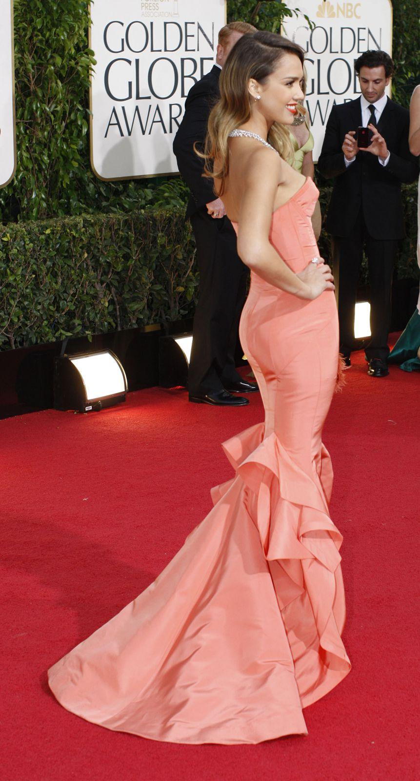 В платье от де ла Ренты на «Золотой глобус» в том же году пришла и Джессика Альба.