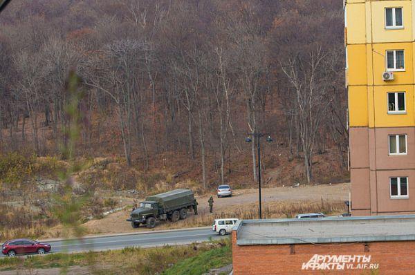 Военные прочёсывают местность.