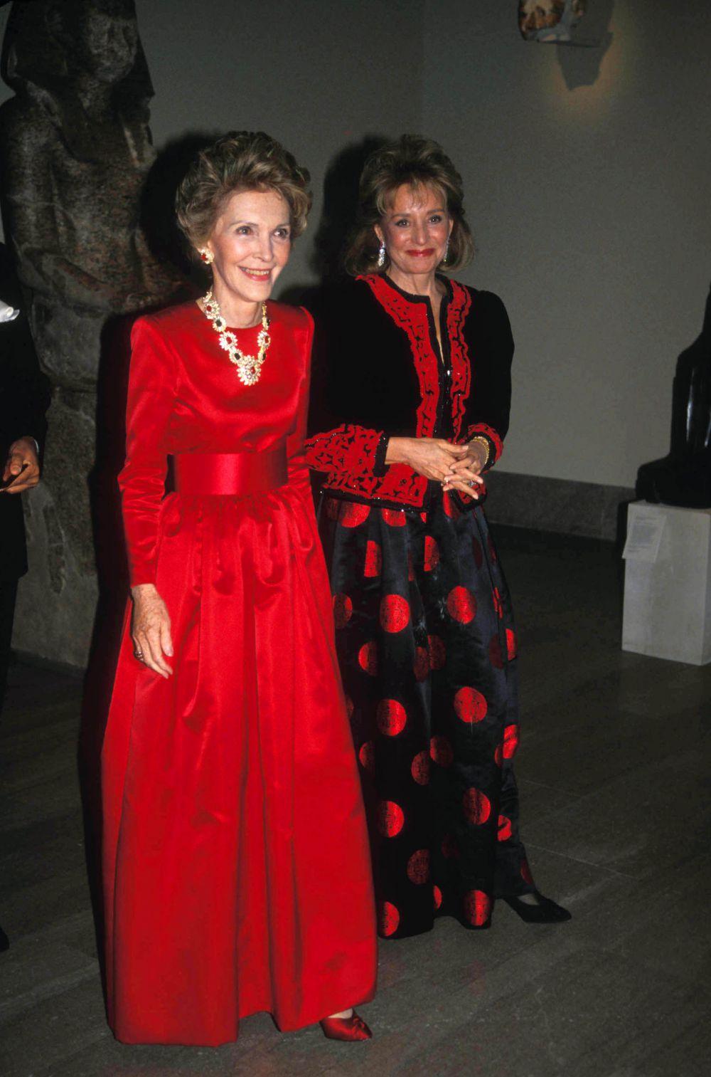 В платья от Оскара де ла Ренты одевались практически все первые леди США, начиная с середины XX века. Например, Нэнси Рейган, которая до старости оставалась верна платьям великого дизайнера. Первая леди США Нэнси Рейган (слева) на торжественном приёме, 1988 год.